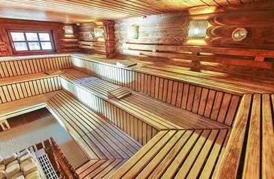 Der sauna in steifen Erektion in